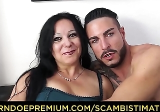 SCAMBISTI MATURI - Brunette Italian cougar goes for sex with younger stud
